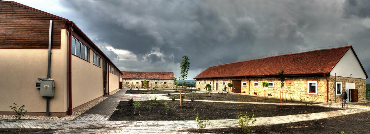 ELADÓ! Raktár, lovasfarm, rendezvényközpont